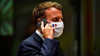 Le président français Emmanuel Macron s'exprime sur son téléphone portable lors d'un sommet européen à Bruxelles, le lundi 20 juillet 2020.