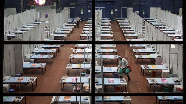 Hindistan'ın başkenti Yeni Delhi'de Covid-19 hastalarının tedavi gördüğü bir sahra hastanesi