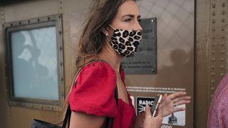 Жительница Франции в маске