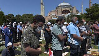 مصلون يؤدون صلاة الجمعة بمسجد آيا صوفيا