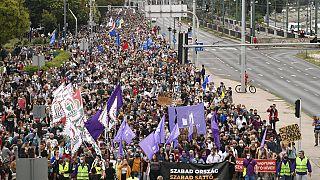 Macaristan'ın Başkenti Budapeşte'de binlerce kişi bağımsız medya için sokaklara döküldü.