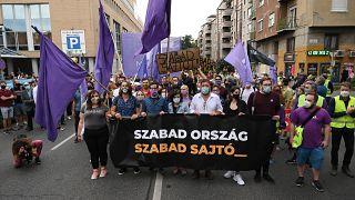 Участники акции в защиту свободы СМИ у здания редакции Index в Будапеште
