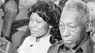 أب وأم في المحكمة بعد رفعهما قضية عقب تعقيم إبنتيهما دون علمهما عام 1973