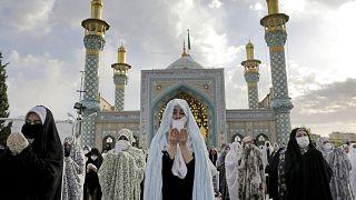 إيرانيات يبتهلن بالدعاء مع انتشار كورونا في البلاد
