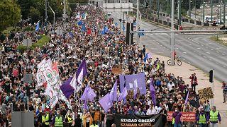 هزاران شهروند مجارستانی در اعتراض به نقض آزادی رسانه تظاهرات کردند