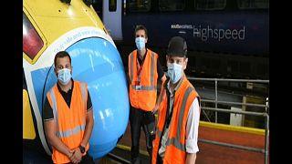 عمل فني على شكل كمامة على مقدمة قطارين في لندن