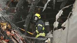Vigili del fuoco al lavoro sull'edificio di Wesel, in Germania, su cui è precipitato l'ultraleggero