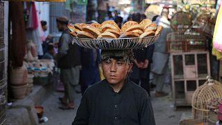 افزایش بیاعتمادی مردم افغانستان به دسترخوان ملی؛ آیا حکومتیها از نان فقرا میدزدند؟