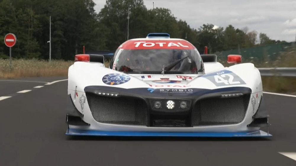 Hidrojenle çalışan yarış otomobili test için piste çıktı