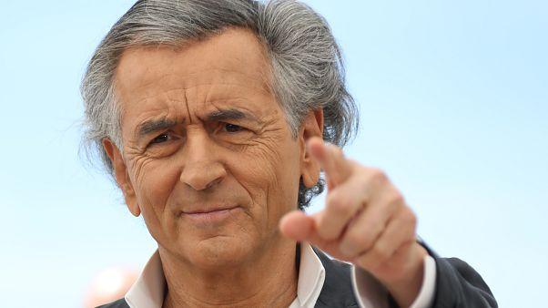 ما الذي يفعله الصحفي الفرنسي المثير للجدل برنار هنري ليفي في غرب ليبيا؟