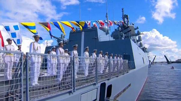 Parades navales en Russie pour célébrer la journée de la marine russe