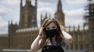 Estelle Fitz, Londra'daki Westminster Köprüsü'nde maskesini takarken