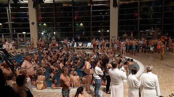 Óriási tömeg az Aquaworldben a strandok éjszakáján