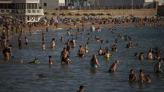 """بعد قرار بريطاني وتحذير فرنسي إسبانيا تقول إن تفشي كورونا """"تحت السيطرة"""""""