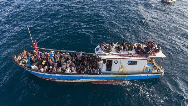 En az 24 Arakanlı göçmeni taşıyan tekneden haber alınamıyor