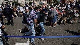 Fransa İçişleri Bakanı 'pis tecavüzcü' sloganlarıyla karşılandı