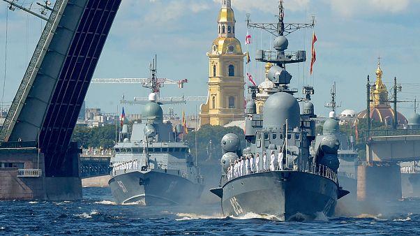 """شاهد.. بوتين يستعرض البحرية الروسية ويؤكد قرب امتلاكها """"أسلحة نووية أسرع من الصوت"""""""