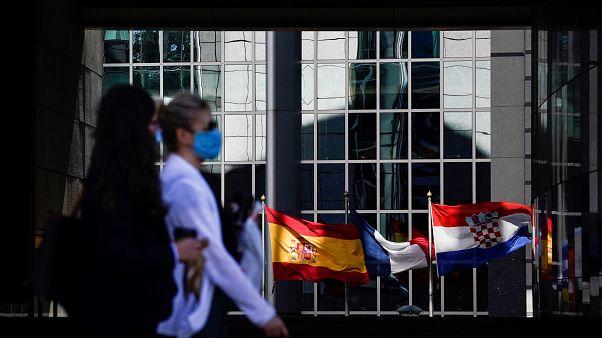 سيدتان تمشيان امام مبنى البرلمان الأوروبي في بروكسل