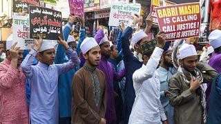 Babür Camii için protesto gösterisi düzenleyen Müslümanlar