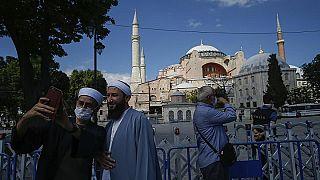 Gläubige machen Selfies nach der Umwidmung der Hagia Sophia