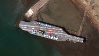 نموذج إيراني يحاكي حاملة طائرات أميركية ترسو في ميناء بندر عباس