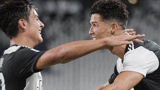 رونالدو وديبالا يحتفلان بأحد الأهداف خلال مباراة من الدوري (أرشيف)