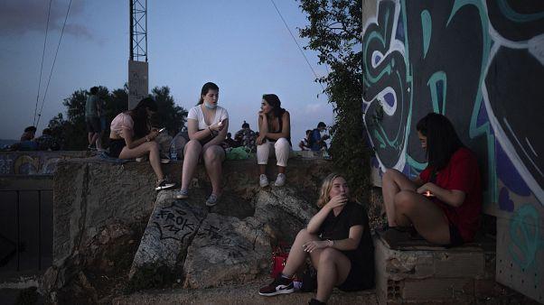 La gente se reúne al aire libre al atardecer en Barcelona, España, el sábado 25 de julio de 2020.