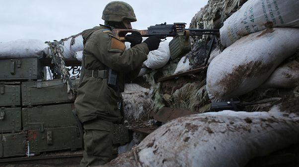 جندي أوكراني على خطوط التماس في منطقة دونيتسك شرقي البلاد