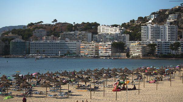 Turistas en una playa de Palma de Mallorca