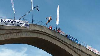 مسابقه شیرجه از روی پل موستار در بوسنی و هرزگوین برغم شیوع کرونا برگزار شد
