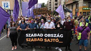 Vita a sajtószabadságról a magyar helyzet miatt a bizottsági sajtótájékoztatón