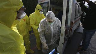 طاقم طبي أمام إحدى مشافي العاصمة الجزائر يستقبلون مصابين بفيروس كورونا المستجد