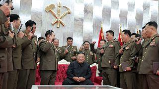 الزعيم الكوري الشمالي كيم جونغ أون يهدي كبار ضباطه مسدسات تذكارية في ذكرى هدنة الحرب الكورية