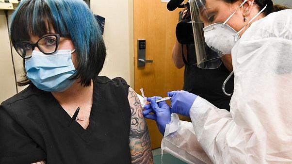 تزریق واکسن تازهٔ کرونا در ایالات متحده به یک داوطلب