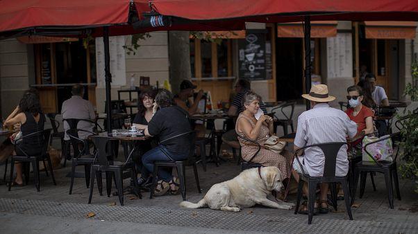 La gente se sienta en una terraza de Barcelona, España, el viernes 17 de julio de 2020.