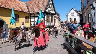 فرسان من القرون الوسطى لاحترام التباعد الاجتماعي في السويد