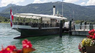 Un barco de recreo aguarda la llegada de tursitas en el lago de San Wolfgang