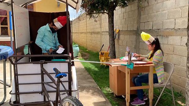 Covid-19: Guatemalalı öğretmen 3 tekerlekli sınıfla okulu öğrencilerine taşıyor