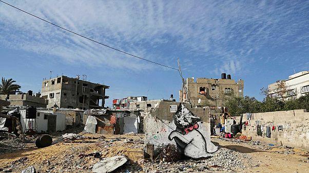 صورة جدارية لقط صغير المظهر يُفترض أنها لبانكسي، في بيت حانون، شمال قطاع غزة،  الجمعة 27 فبراير 2015