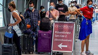 Warten auf den Test am Flughafen Frankfurt