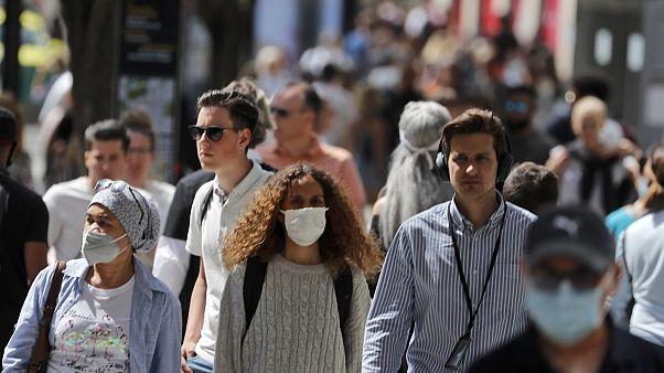 Κόσμος με μάσκες στον δρόμο