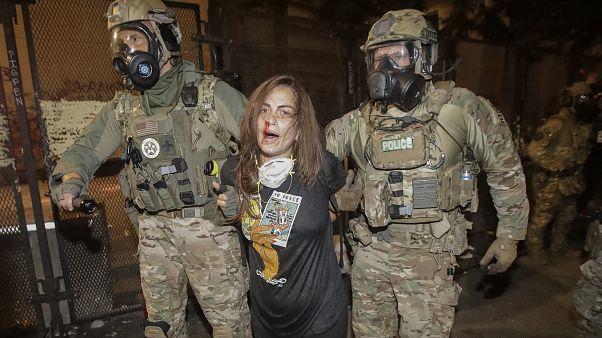 Une manifestante blessée et arrêtée à Portland, le 27 juillet 2020