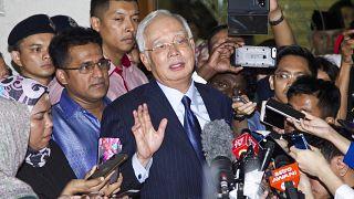 رئيس الوزراء الماليزي السابق نجيب رزاق يتحدث للصحفيين عقب جلسة المحكمة العليا والمتعلقة بتهم الفساد المواجهة إليه