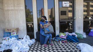 عاملة منزلية إثيوبية أمام قنصلية بلادها بعد أن تركها أصحاب عملها اللبنانيين لمصير مجهول، بيروت 4 يونيو 2020