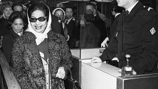 أم كلثوم عند وصولها إلى باريس في العام 1967