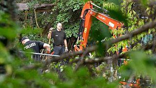 La polizia tedesca perquisisce un giardino a Seelze, vicino ad Hannover, Germania