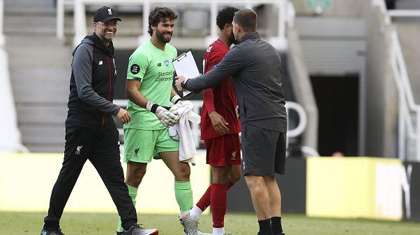 Jürgen Klopp strahlte an der Seite von Alisson nach Abpfiff des letzten Saisonspiels seines FC Liverpool