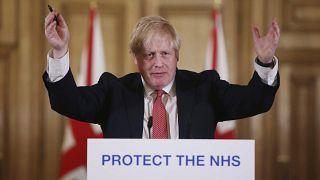 من الأرشيف، رئيس الوزراء البريطاني بوريس جونسون خلال إيجازه الصحفي اليومي عن فيروس كورونا للإعلان عن إجراءات جديدة للحد من انتشار الفيروس، في داونينج ستريت في لندن