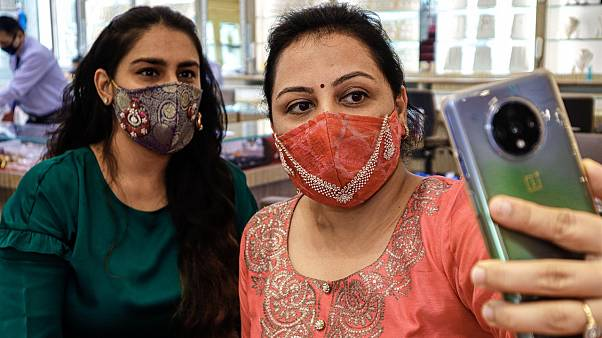 Gyémánttal díszített szájmaszkok Indiában
