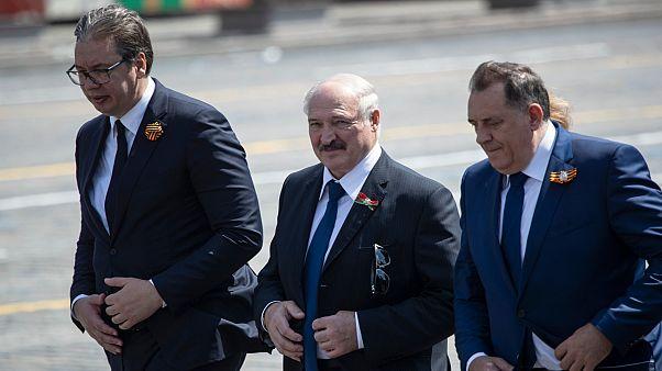 Aleksander Lukaşenko (ortada)